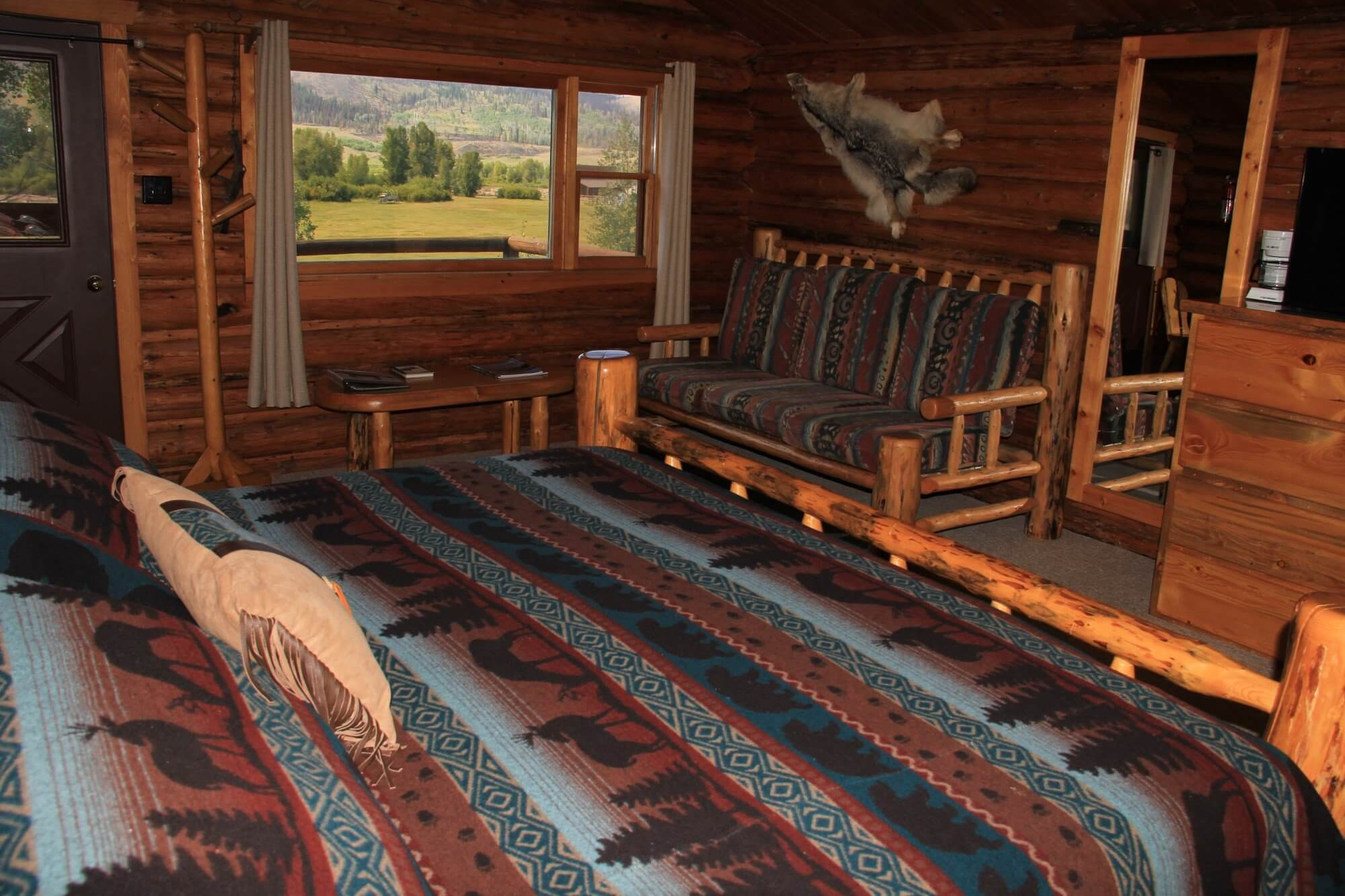 Mountain Man cabin king and twin beds
